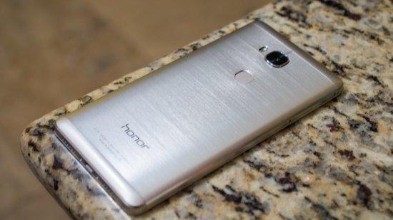 тонкий смартфон в металлическом корпусе Honor 5X